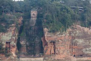 Größter sitzender Fels-Buddha der Welt in Leshan